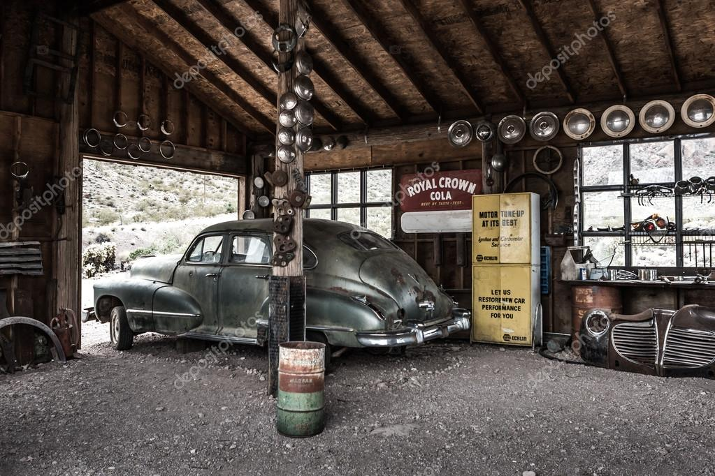 Rusty old vintage car in abandoned mechanic garage – Stock Editorial ...