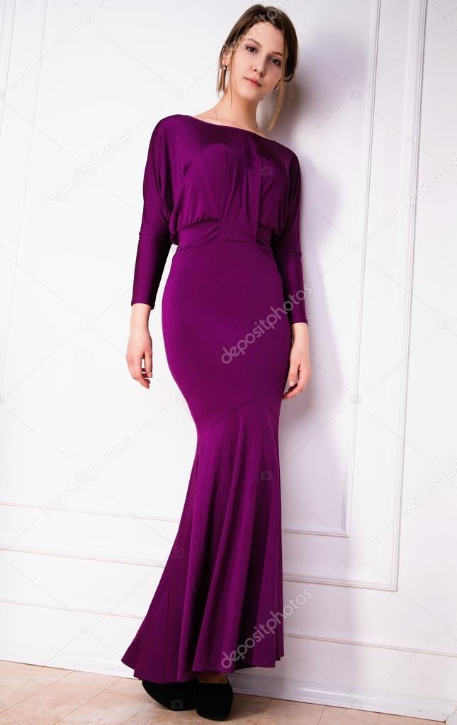 Chica joven hermosa y feliz en un vestido de noche — Foto de stock ...
