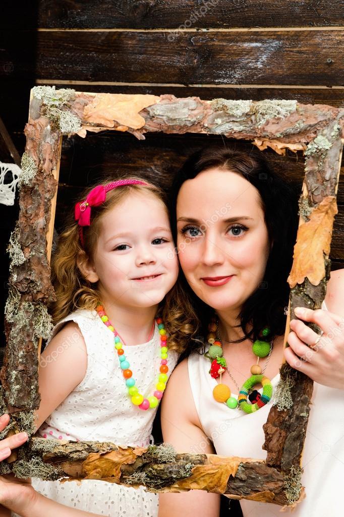 Retrato de madre e hija en marco de madera — Foto de stock © Ribalka ...