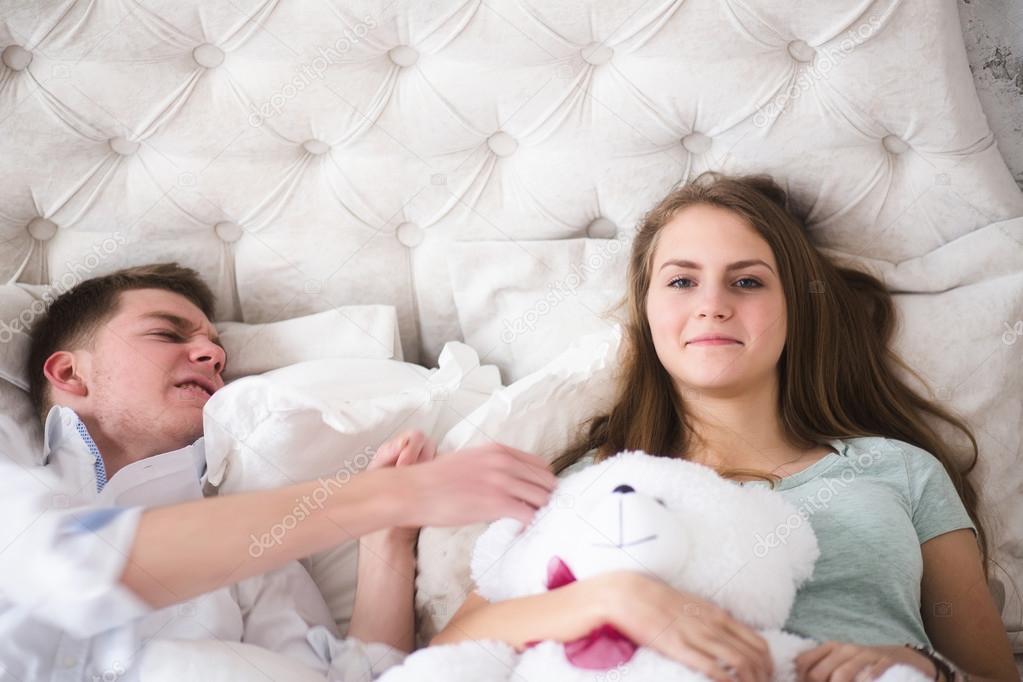 un couple magnifique younge au lit s 39 amusent photographie ribalka 106004736. Black Bedroom Furniture Sets. Home Design Ideas