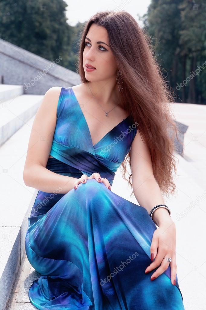 Модель брюнетка в голубом платье, бриджит б двойное проникновение