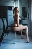 Krásná blonďatá dívka v sexy prádle