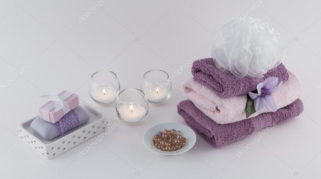 Sapone di lusso, perle di olio da bagno e asciugamani con candele ...