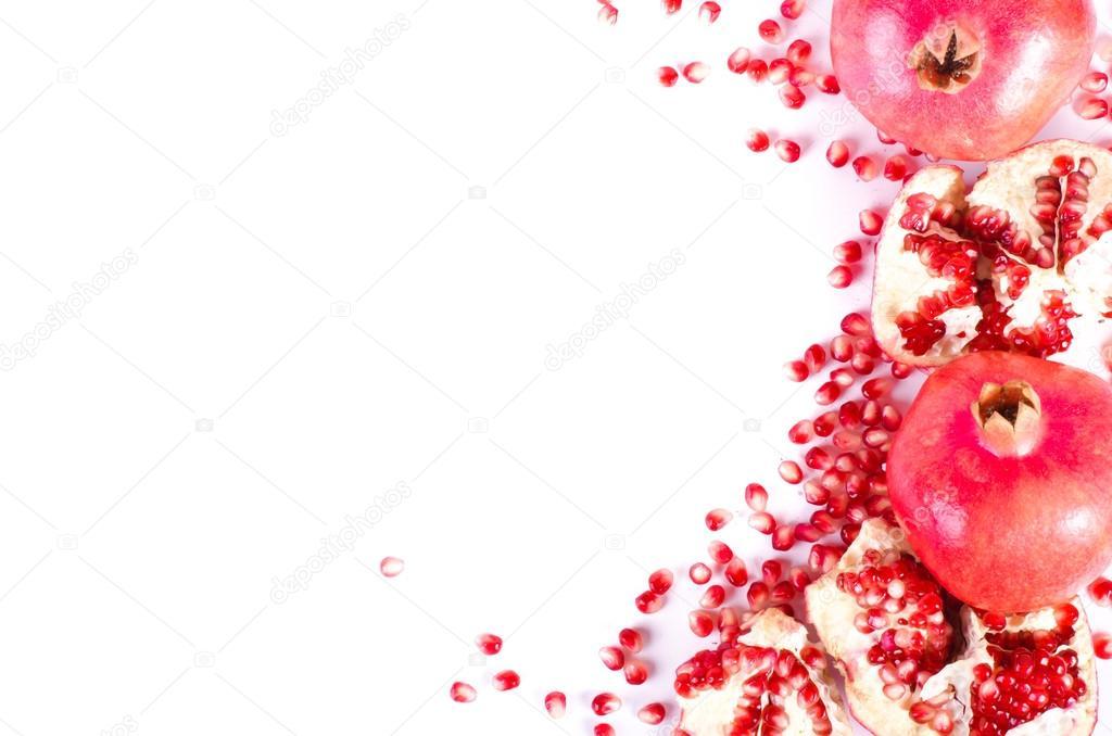 Granada madura fruta y semillas aisladas en fondo blanco. Marco de ...