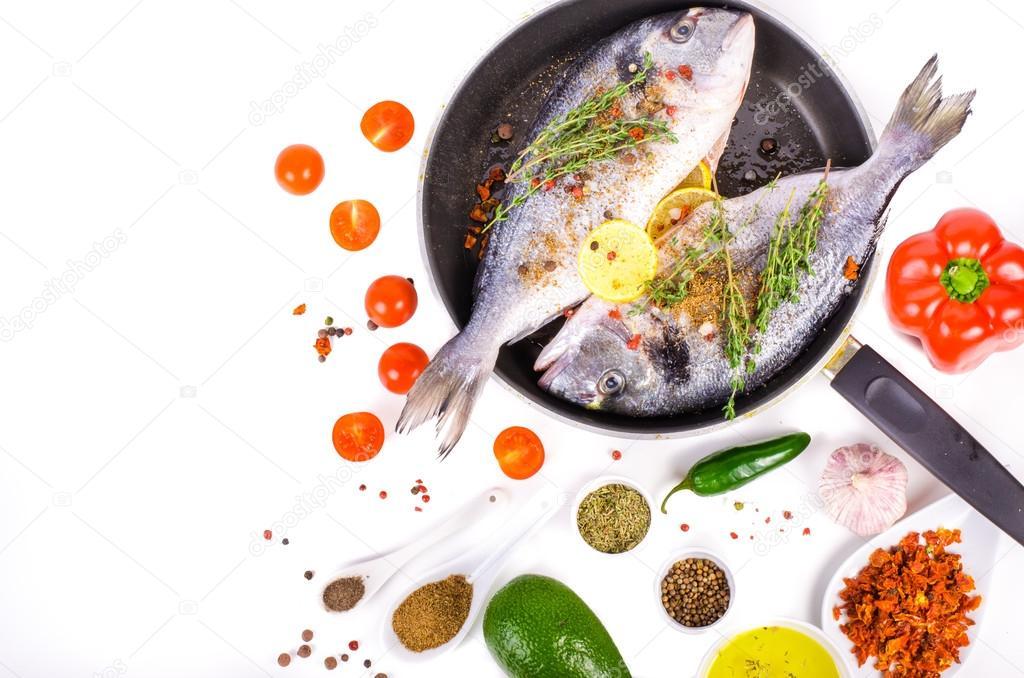 Frisches rohes Dorade Fische mit Zitrone, Kräutern, Salz auf weißem ...