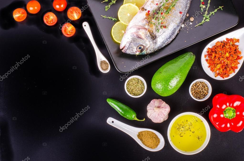 Frisches rohes Dorade Fische mit Zitrone, Kräutern, Salz auf ...