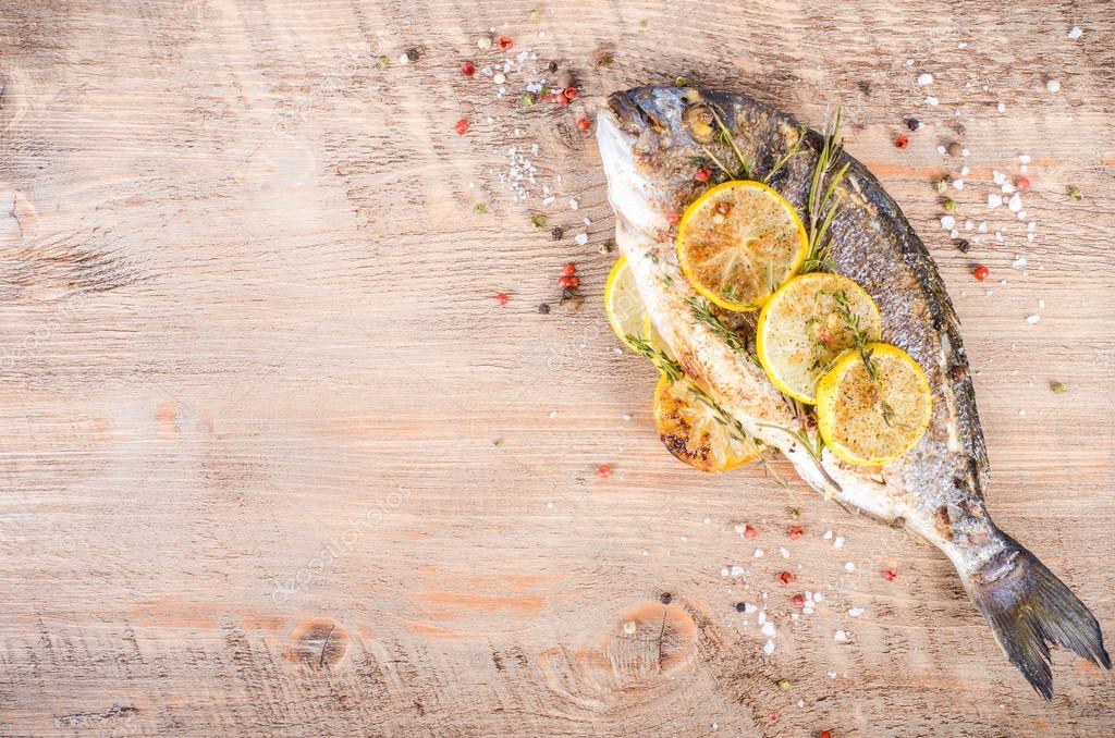 Gebratene Dorade Fische mit Zitrone, Kräutern, Salz auf ...