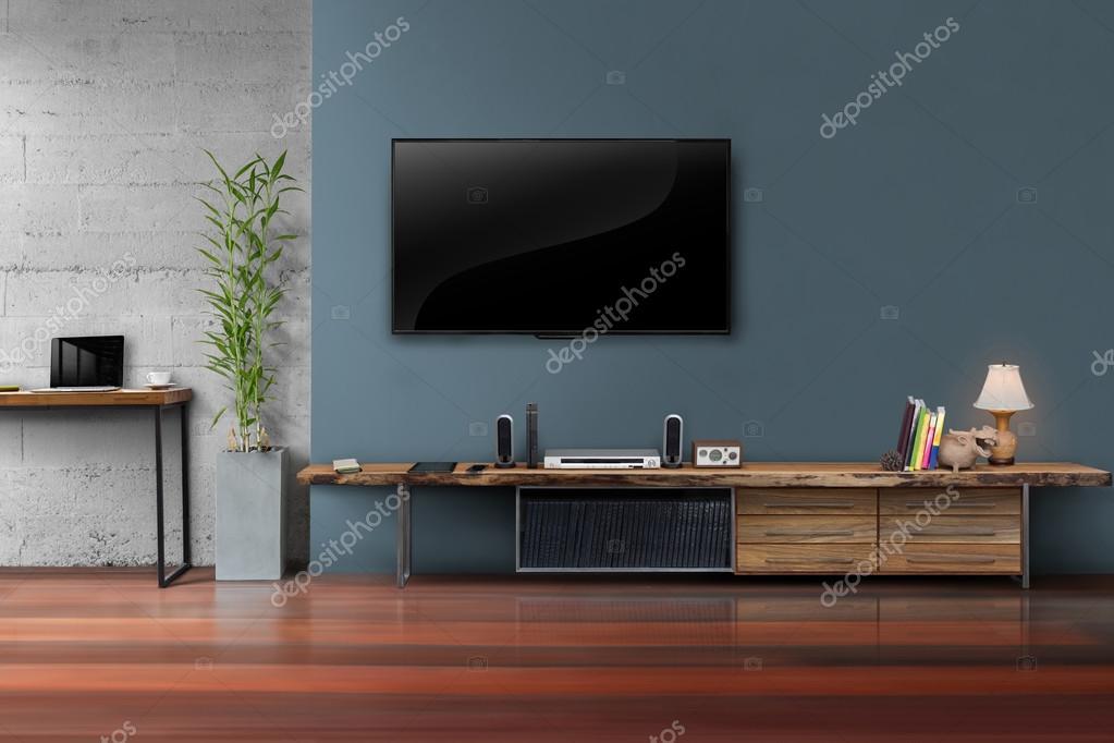 Soggiorno con tv led sulla parete blu scura con tavolo in legno ...
