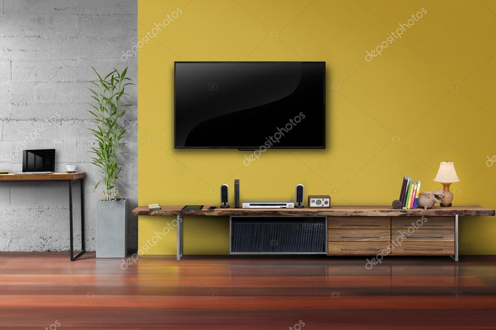 LED tv op gele muur met houten tafel media meubels — Stockfoto ...