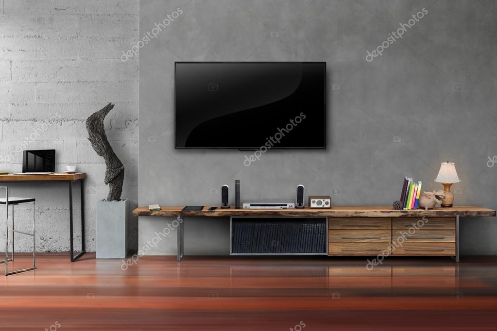 LED tv op betonnen wand met houten tafel in de woonkamer — Stockfoto ...