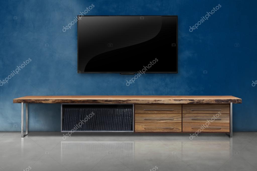 tv op de betonnen muur kleur met houten tafel interieur vintage stal stockfoto