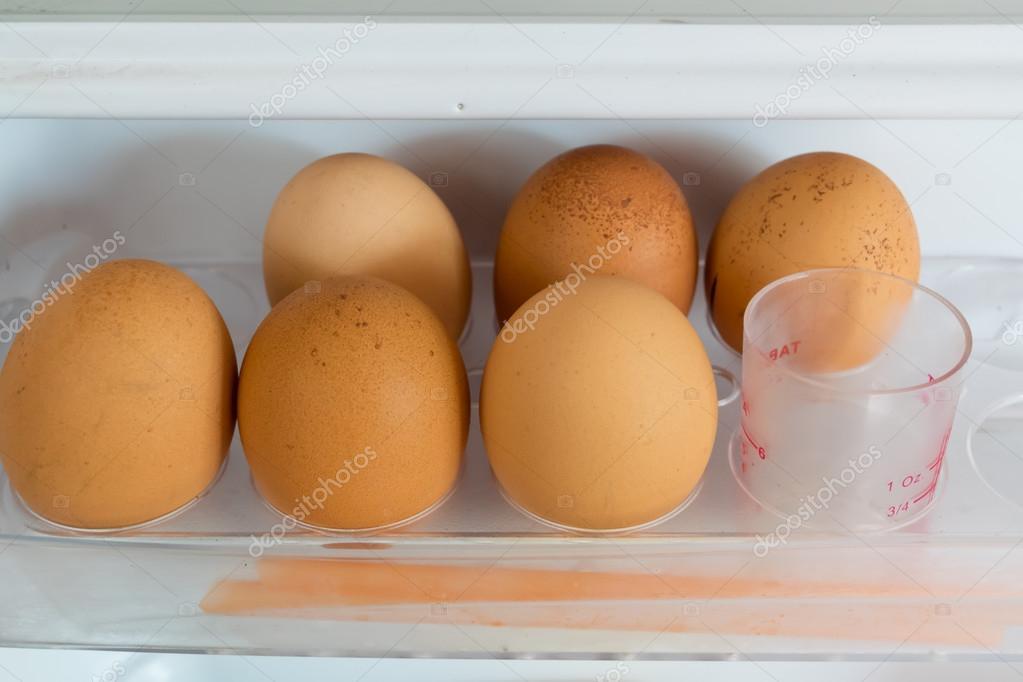 Kühlschrank Ei : Huhn eier auf regal der kühlschrank u stockfoto myguess