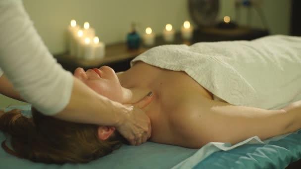 Žena, která dělá masáž ramen