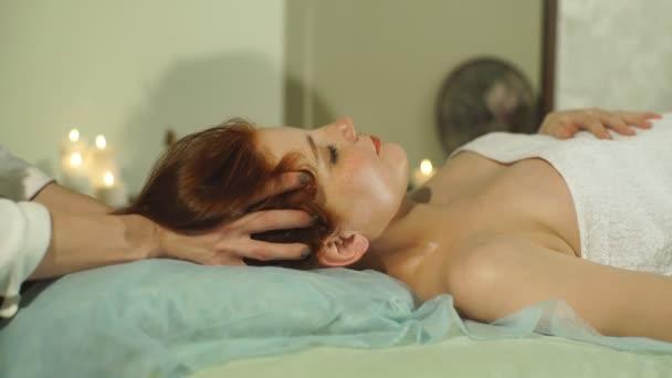 Žena, která dělá vlasy masáž