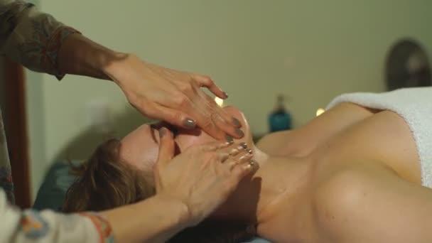 Žena, která dělá masáž obličeje