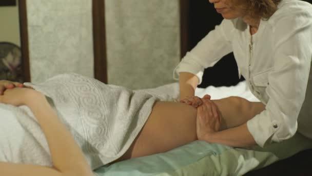 Schwangere bei einer Fußmassage