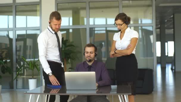 Office pracovníci používají počítače v kanceláři