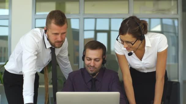 s úsměvem mladá call centrum agenti v práci