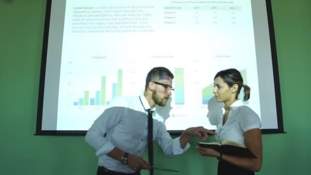 Podnikatel, vysvětluje baru chat se svými kolegy na konferenční stůl