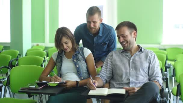 tanulócsoport ül az előadás az osztályteremben