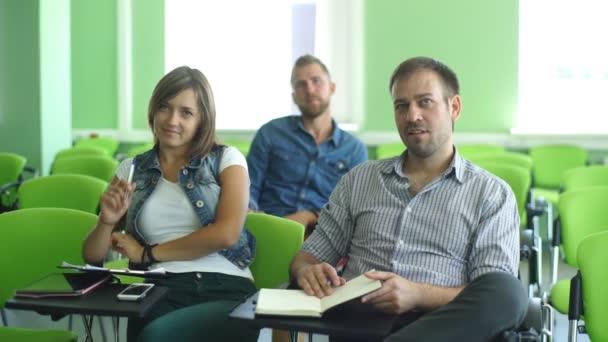 Publikum na obchodní konferenci. Lidé poslouchat přednášky