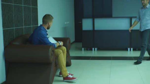 egy ember egy kolléga a hallban, a Hivatal átadja a dokumentumok