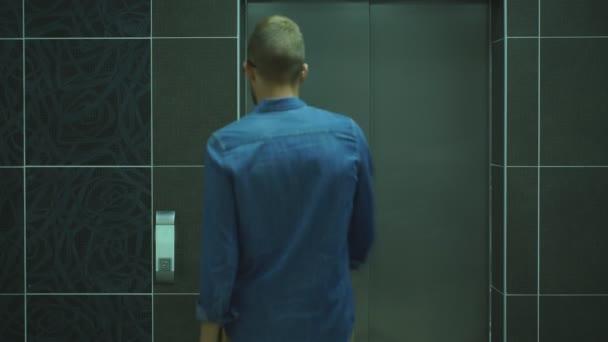 junger und erfolgreicher Geschäftsmann steigt in einen Fahrstuhl