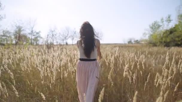 Aranyos lány elmenekül mező lassú mozgás