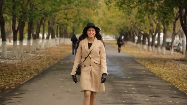 Dívka chůze do uličky