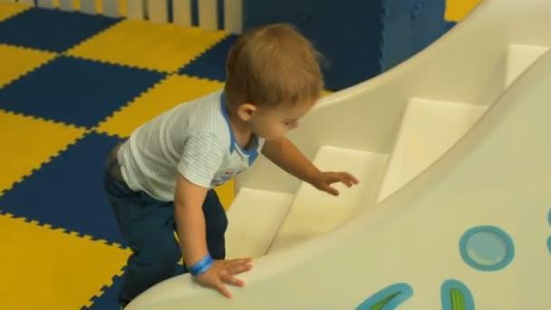 Szép fiú játék játékszer játszótér hegy