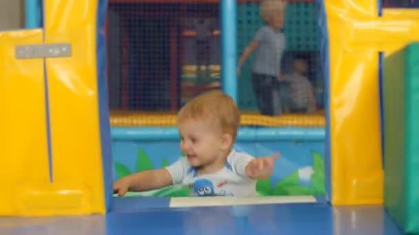 niedliche kleine Junge spielen und Spaß haben