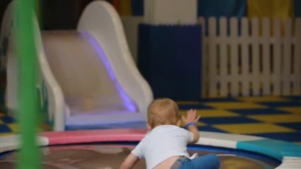 malý chlapec, skákání na trampolíně