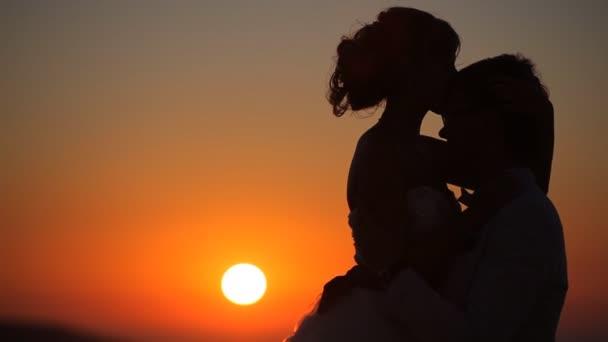 pár objetí na pozadí západu slunce