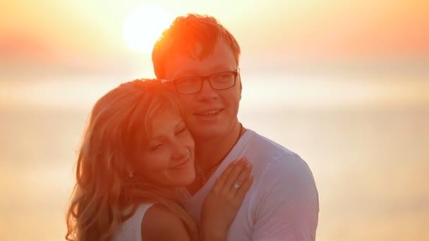 nádherný pár při východu slunce na ostrově Santorini