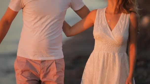 ženich polibky nevěsty krk na východ slunce na Santorini