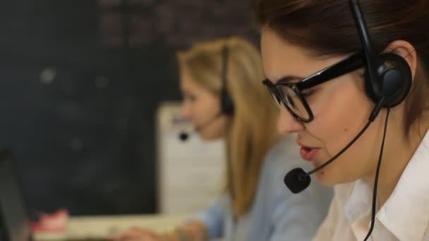žena zákazníkům služby dělník, usmívající se operátor call centrum