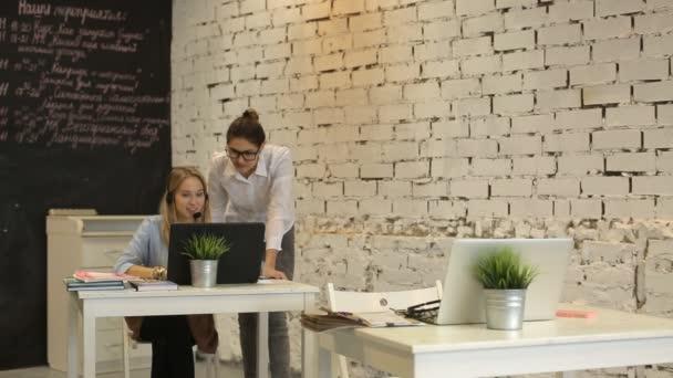 Dvě mladé podnikatelky pracuje na počítači