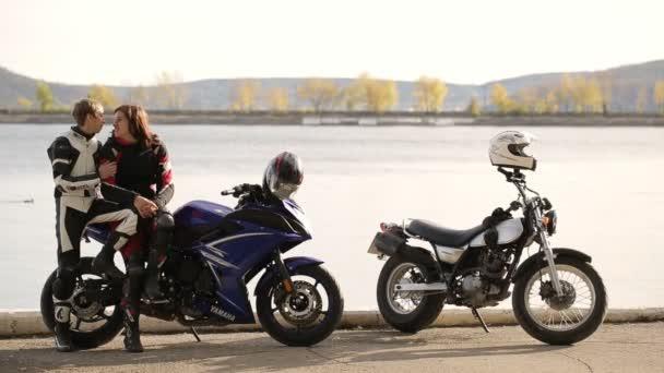 Junges paar Liebhaber Haviing Spaß auf Motorrad am Wasser