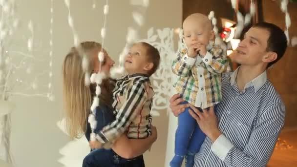 genitori felici giocando con i loro figli