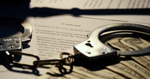 Martelletto e manette giustizia tribunale contratto documento cartaceo