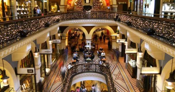 Obchodní centrum vnitřní prodejna čas výpadek davu lidí nakupující