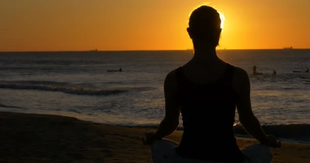 relaxační a meditační dívka venku