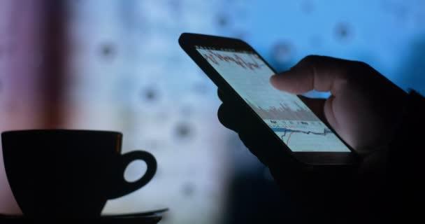 Ember használ szúró telefon, és a kávéfogyasztás
