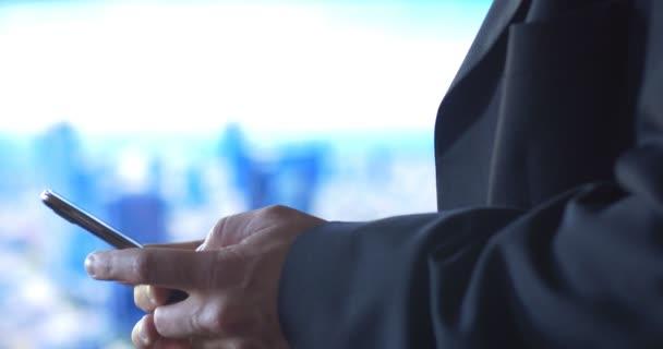 obchodní muž pomocí mobilního telefonu