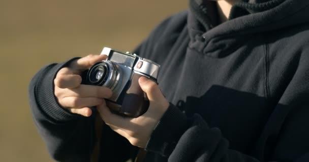 Fotografická dívka fotografovat se starým fotoaparátem