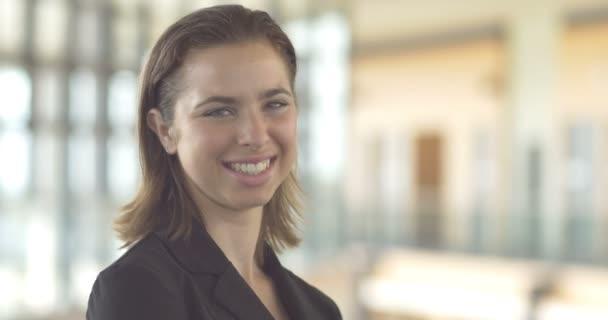 Közelről mosolygó karrier vállalati üzleti nő portré