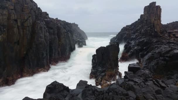 Rozbouřeném oceánu vlny na skalách snová krajina