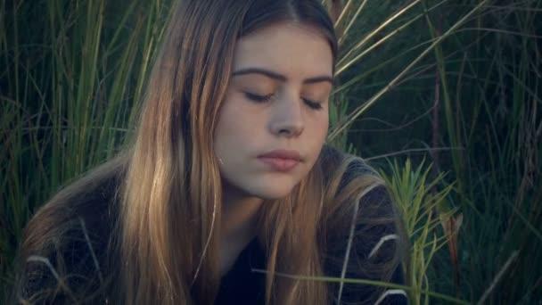 depressziós lány, aki hosszú fűben ül