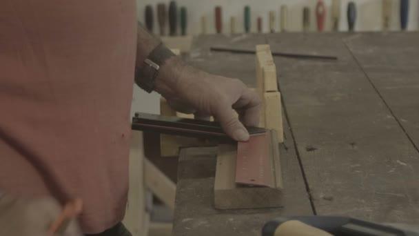 Mann arbeitet drinnen in Hobbyschuppen oder Werkstatt