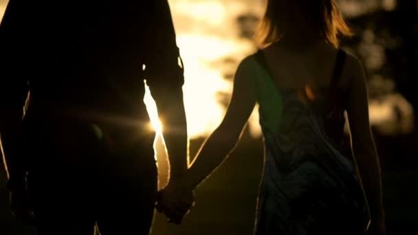 két kezét, és séta a naplemente